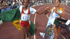 Derartu Tulu and Elena Meyer united on the victory lap at Barcelona during the 1992 Olympics