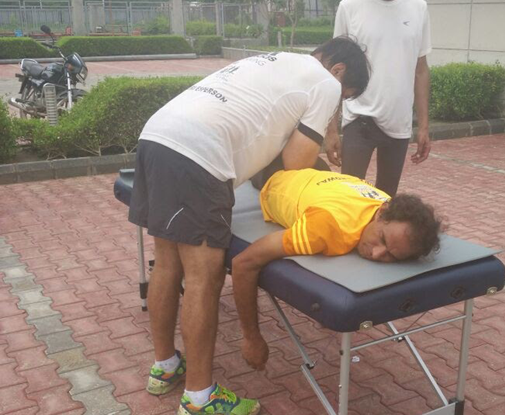 Athletics expert Yuri Esperson loosening up Arun Bhardwaj during The Great India Run